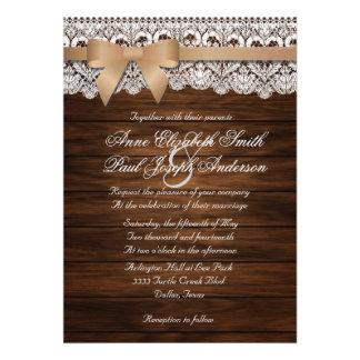 Invitaciones beige del boda del arco de madera y d comunicado