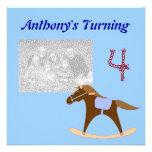 Invitaciones del cumpleaños del caballo mecedora comunicados personalizados