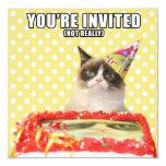 """Invitaciones gruñonas del gato - le invitan invitación 5.25"""" x 5.25"""""""