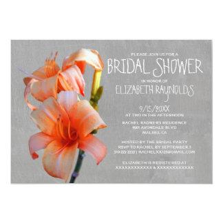 Invitaciones nupciales de la ducha de los lirios invitación 12,7 x 17,8 cm