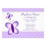 Invitaciones púrpuras del cumpleaños de la maripos comunicado personalizado