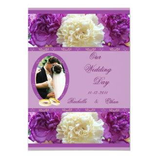 Invitaciones púrpuras y blancas de la foto del anuncio