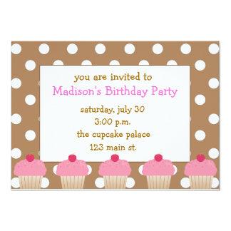 Invitaciones rosadas de las magdalenas del lunar invitación 12,7 x 17,8 cm