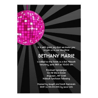 Invitaciones rosadas de Mitzvah del palo de la bol
