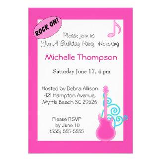 Invitaciones rosadas del cumpleaños de la guitarra