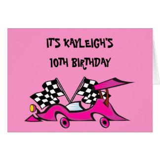 Invitaciones rosadas del cumpleaños de Racecar de Tarjetón
