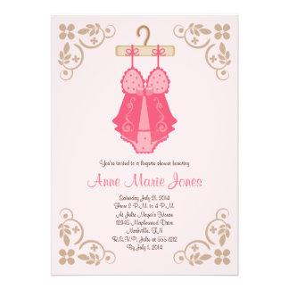 Invitaciones rosadas del fiesta de ducha de la rop