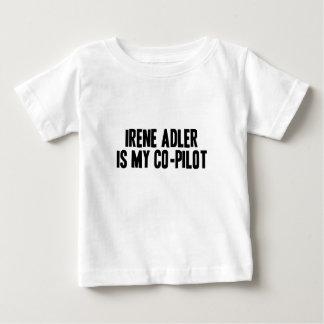 Irene Adler es mi camiseta del niño del copiloto Playeras