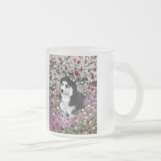 Irie el husky siberiano en flores taza cristal mate