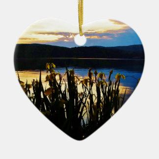Iris amarillo en la orilla de la punta de flecha adorno navideño de cerámica en forma de corazón