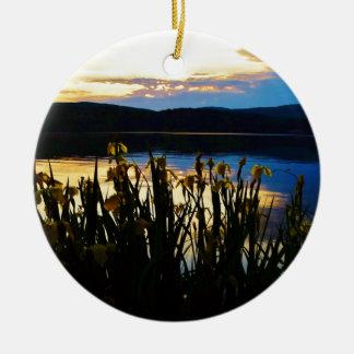 Iris amarillo en la orilla de la punta de flecha adorno navideño redondo de cerámica