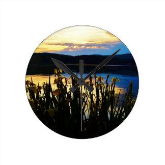 Iris amarillo en la orilla de la punta de flecha reloj redondo mediano