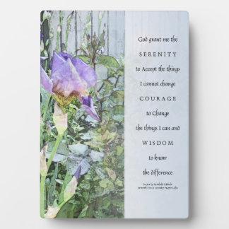 Iris del rezo de la serenidad y placa de la cerca