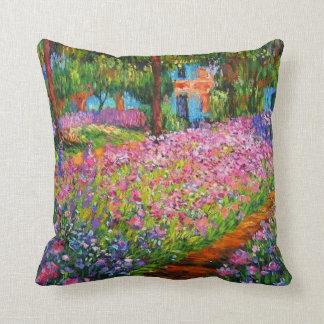 Iris del vintage en la almohada de tiro del jardín