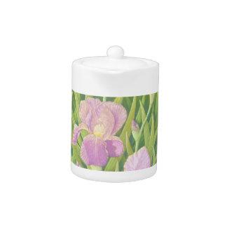 Iris en los jardines de Wisley en tetera en