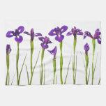 Iris púrpuras aislados en un fondo blanco toalla de cocina