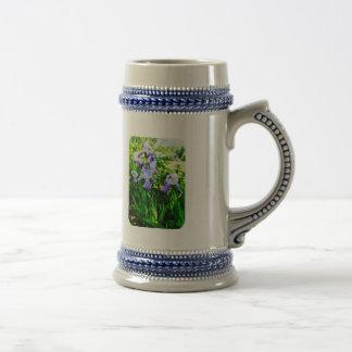 Iris púrpuras en suburbios tazas