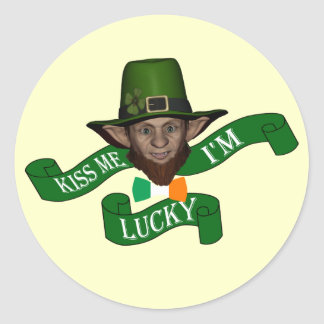 Irish kiss me I'm lucky leprechaun Classic Round Sticker