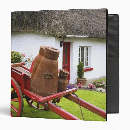 """Irlanda, Adare. Envases del metal en el carro y Carpeta 1 1/2"""""""