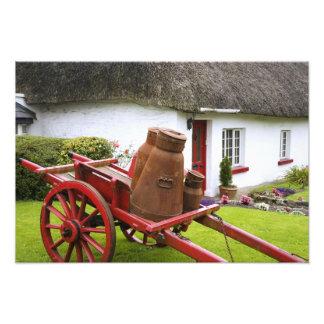 Irlanda, Adare. Envases del metal en el carro y Fotografías