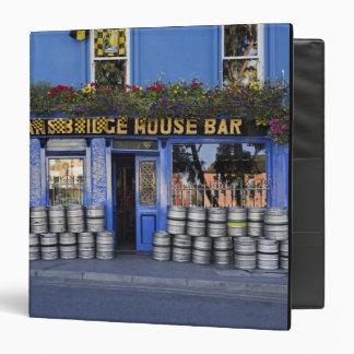 "Irlanda, Kilkenny. Exterior del pub con la cerveza Carpeta 1 1/2"""
