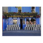 Irlanda, Kilkenny. Exterior del pub con la cerveza Postales