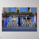 Irlanda, Kilkenny. Exterior del pub con la cerveza Póster