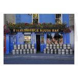 Irlanda, Kilkenny. Exterior del pub con la cerveza Tarjeta