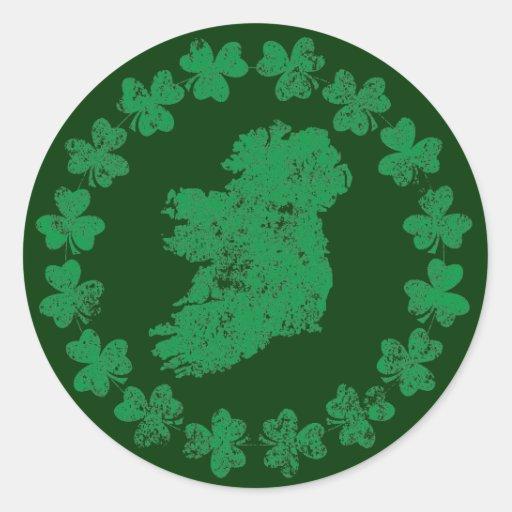 Irlanda y tréboles etiqueta redonda