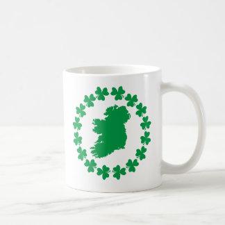 Irlanda y tréboles taza básica blanca