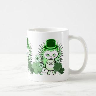 Irlandés afortunado del erizo taza básica blanca