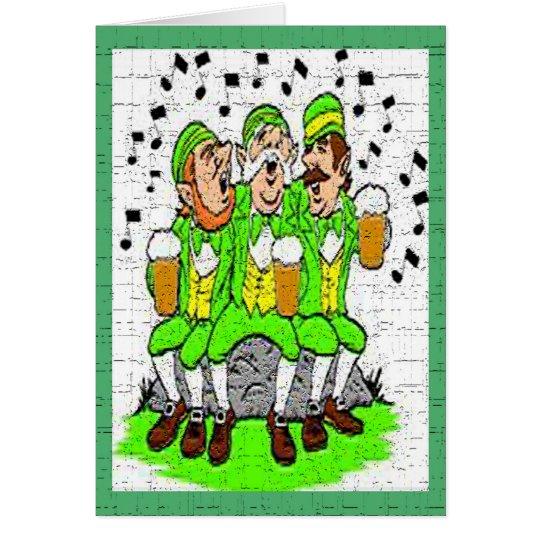 Irlandés cantante con la tarjeta de la cerveza