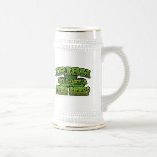 Irlandés consigo una taza de cerveza libre