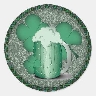 Irlandés de consumición de la cerveza verde pegatina redonda