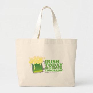 Irlandés del día de St Patrick hoy Hungover mañana Bolsas