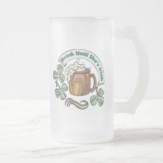 Irlandés era bebida borracha hasta que ella sea taza de cristal