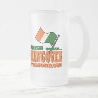 Irlandés hoy Colgar-sobre la taza de la mañana
