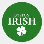 ¡IRLANDÉS orgulloso de BOSTON! El día de St Etiquetas Redondas
