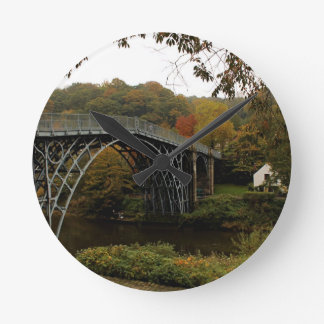 Ironbridge en otoño reloj redondo mediano