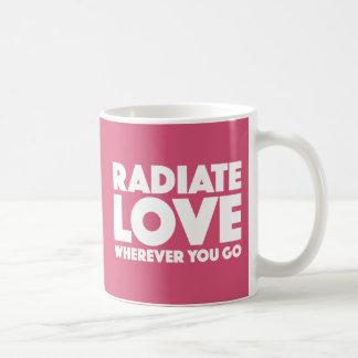 Irradie el amor dondequiera que usted vaya magenta taza de café