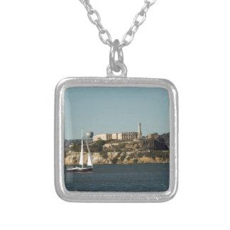 Isla de Alcatraz y un velero solitario Colgante Cuadrado