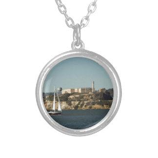 Isla de Alcatraz y un velero solitario Colgante Redondo