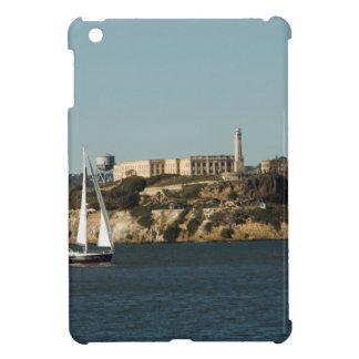 Isla de Alcatraz y un velero solitario