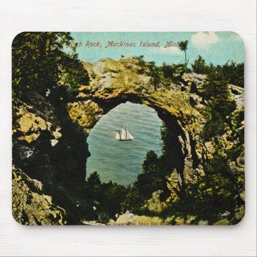 Isla de Mackinac de la roca del arco, Michigan 191 Tapete De Ratones