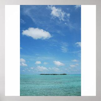 Isla de Maldivas con agua/el cloudscape magníficos Póster
