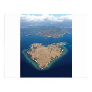 Isla en forma de corazón del paraíso tarjeta postal