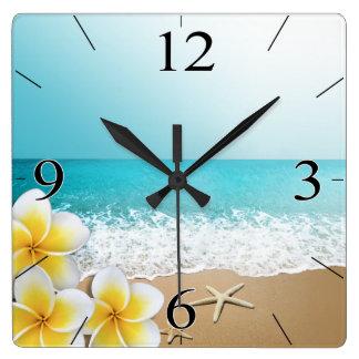 Isla tropical de la playa del Plumeria Reloj