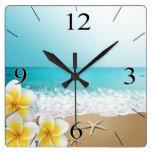 Isla tropical de la playa del Plumeria Reloj Cuadrado