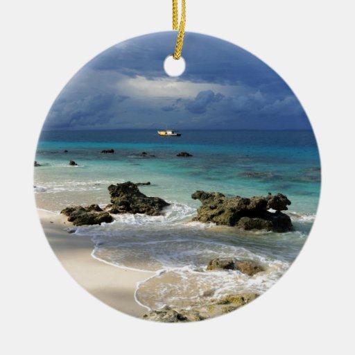 Isla tropical del paraíso del arrecife de coral adorno navideño redondo de cerámica