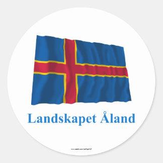 Islas de Aland que agitan la bandera con nombre en Pegatina Redonda